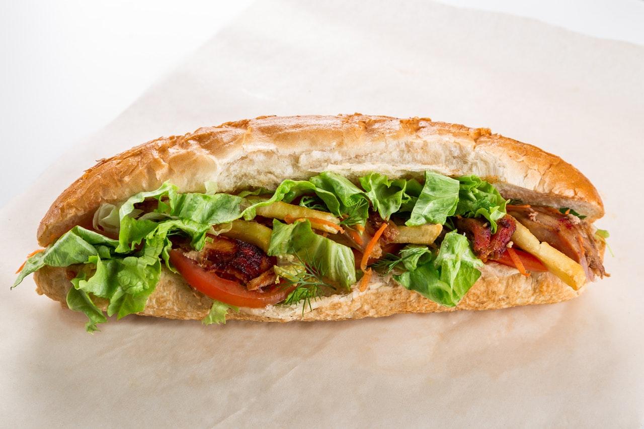 Jedzenie w bagażu podręcznym: czy można zabrać kanapki do samolotu?