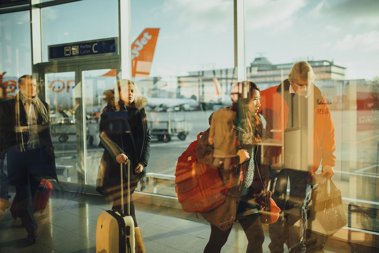 Jakich przedmiotów nie wolno przewozić w bagażu podręcznym w samolocie?