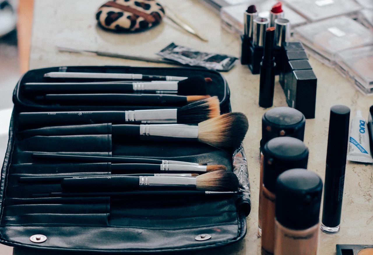 Kosmetyki w bagażu podręcznym - jak przewozić?