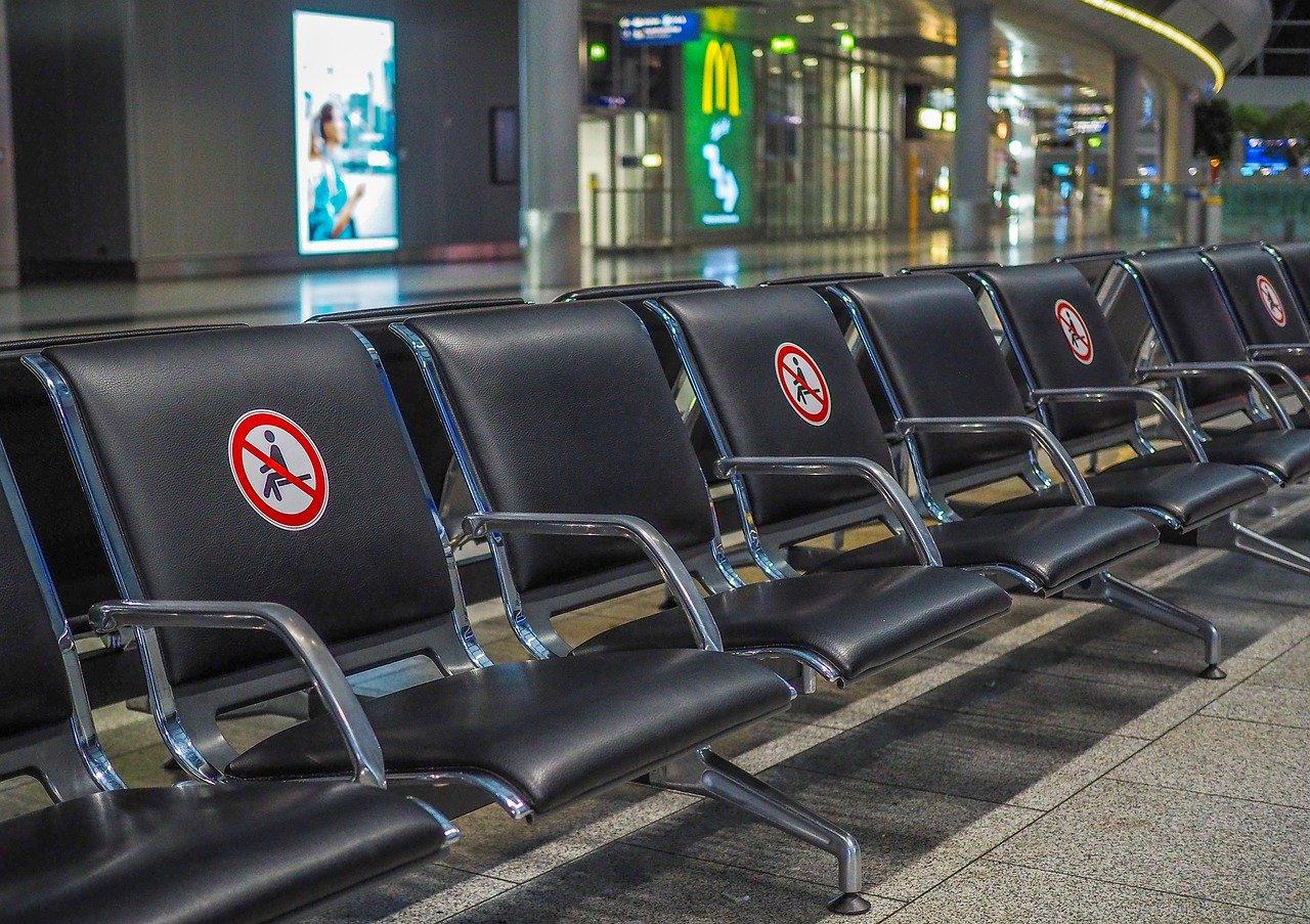 Koronawirus a latanie samolotem - zasady i obostrzenia w czasie pandemii